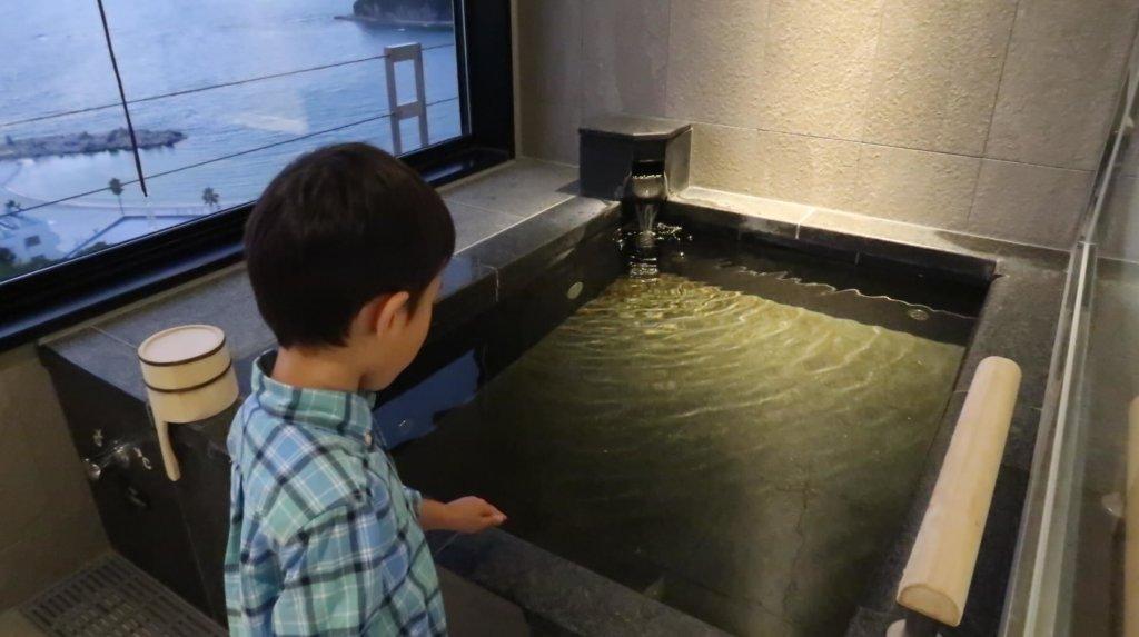 温泉の温度を確認するとらクン