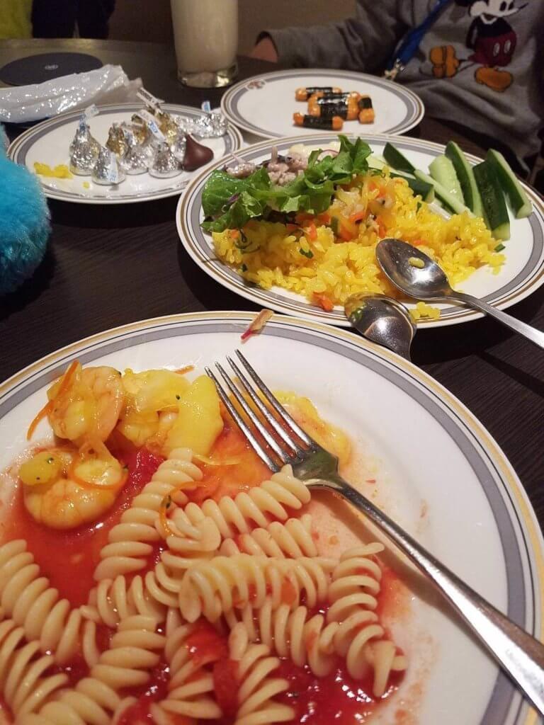 クラブラウンジのフード、パスタ、ライス、野菜