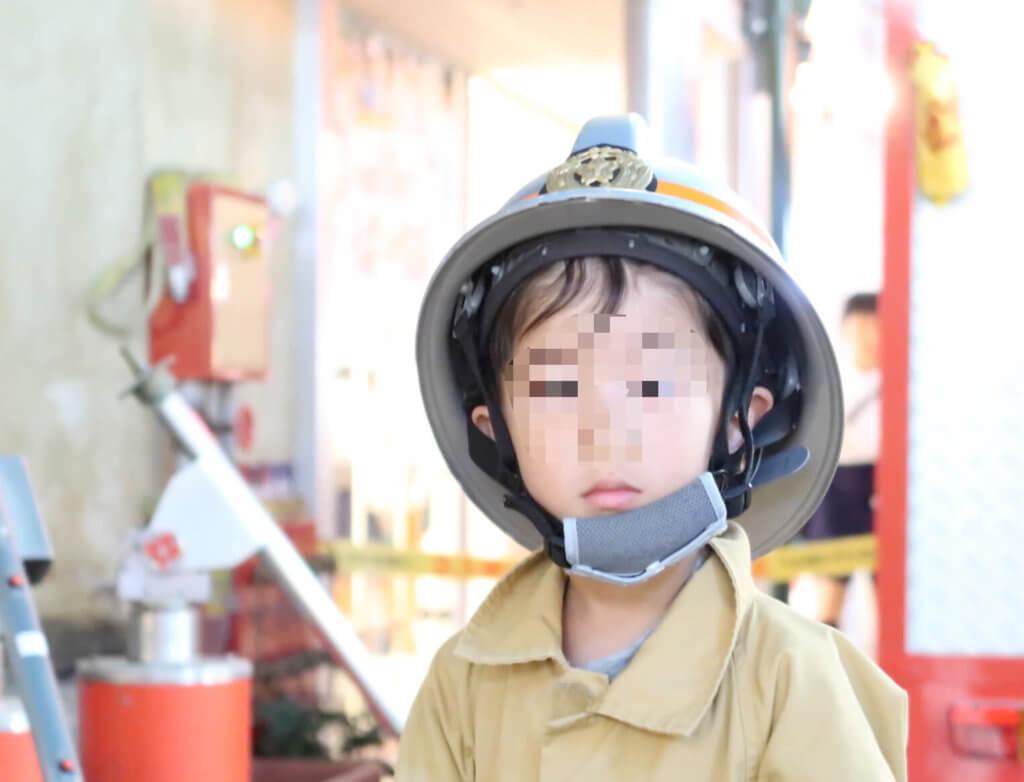消防士になりカメラ目線のとらクン