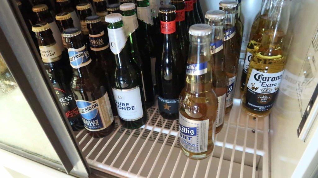 ラウンジ内のビール