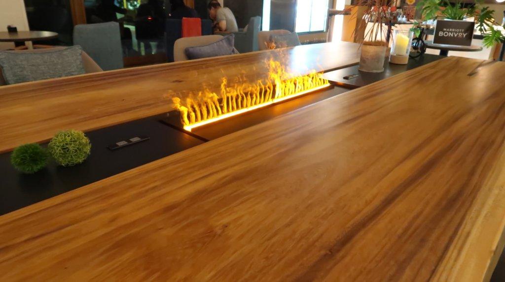 ラウンジ内のテーブル