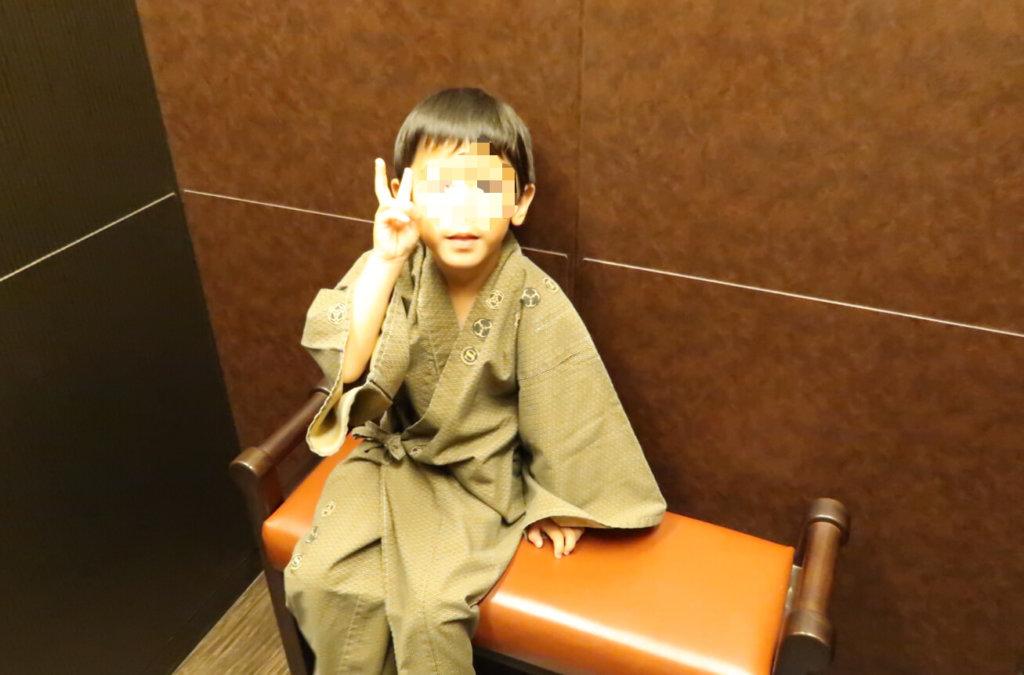 エレベーター内で座るとらクン