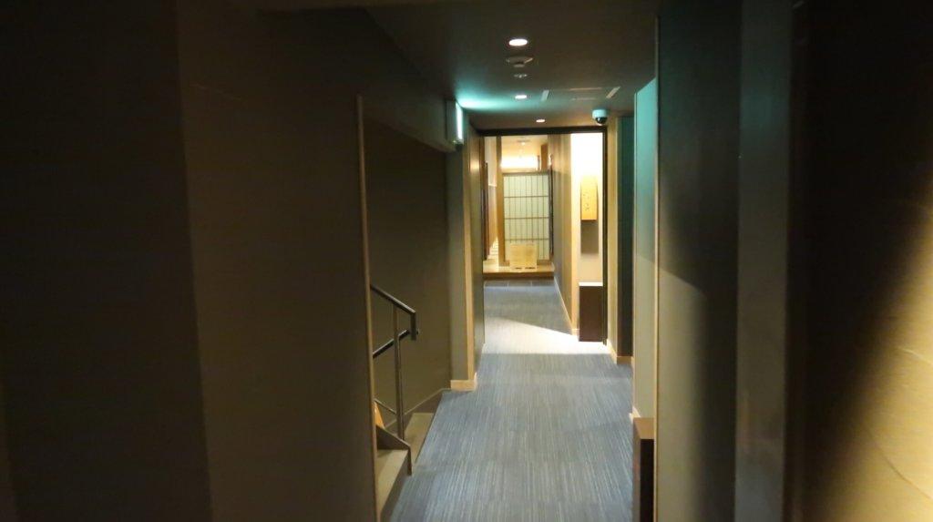 専用エレベーターを降りた通路